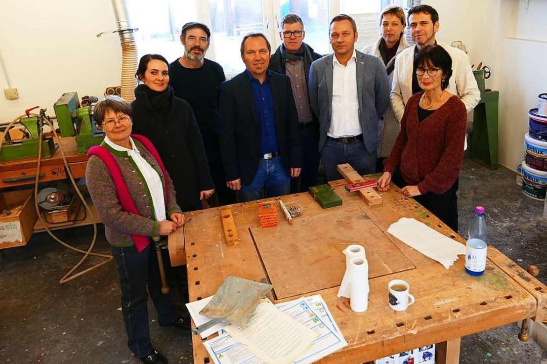 Beteiligte des neuen Projekts Fit für ...tiftung, hier in einer Werkstatt, vor.  | Foto: Peter Gerigk