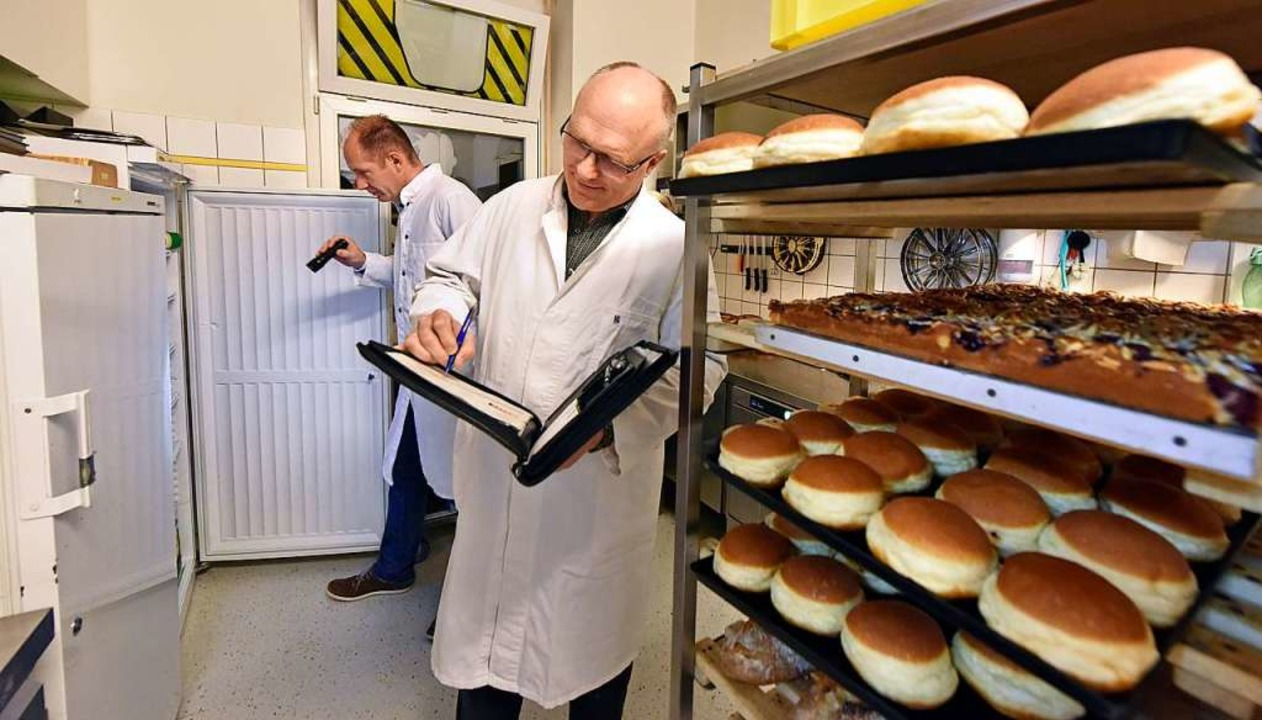 Thomas Kram (vorn) und Christof Bohn beim Sauberkeits-Check in der Bäckerei  | Foto: Michael Bamberger