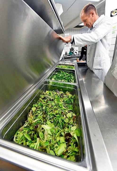 Der Salat ist geputzt, gekühlt und wird hygienisch einwandfrei aufbewahrt.  | Foto: Michael Bamberger