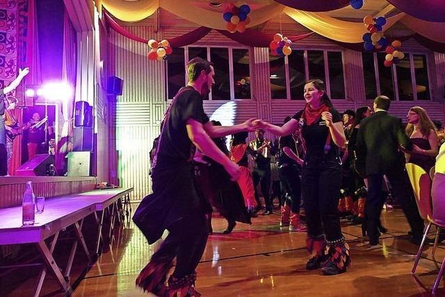 Märchenfiguren tanzen in der Festhalle zu flotten Rhythmen