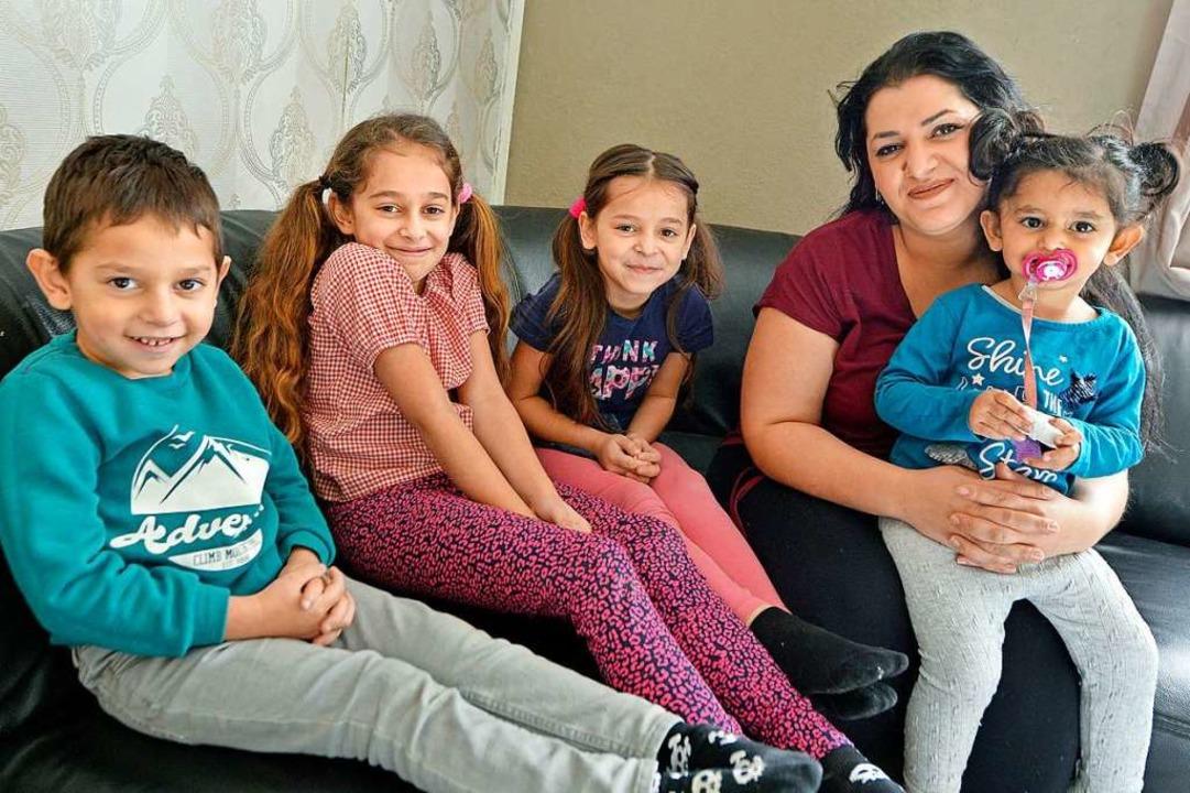 Djilfidane Berisha mit vier ihrer fünf...t, in ihrer Wohnung bleiben zu können.  | Foto: Michael Bamberger