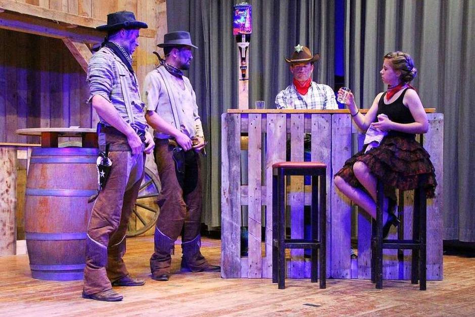 Das närrische Festprogramm hat die anstehende Herrischrieder Bürgermeisterwahl in den Fokus gerückt. Unterhaltung im Stil des Wilden Westens gab es mit politischen Sketchen und großen Tanzeinlagen. (Foto: Peter Koch)