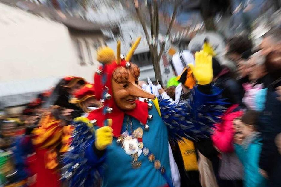 Ausgelassen feierten die Narren beim traditionellen Fasnachtsumzug in Neuenburg. (Foto: Volker Münch)