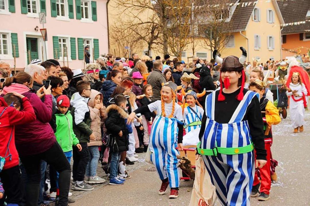 Viel Publikum säumt die Umzugsstrecke, hier mit den Galliern vom Sportverein.  | Foto: Mario Schöneberg