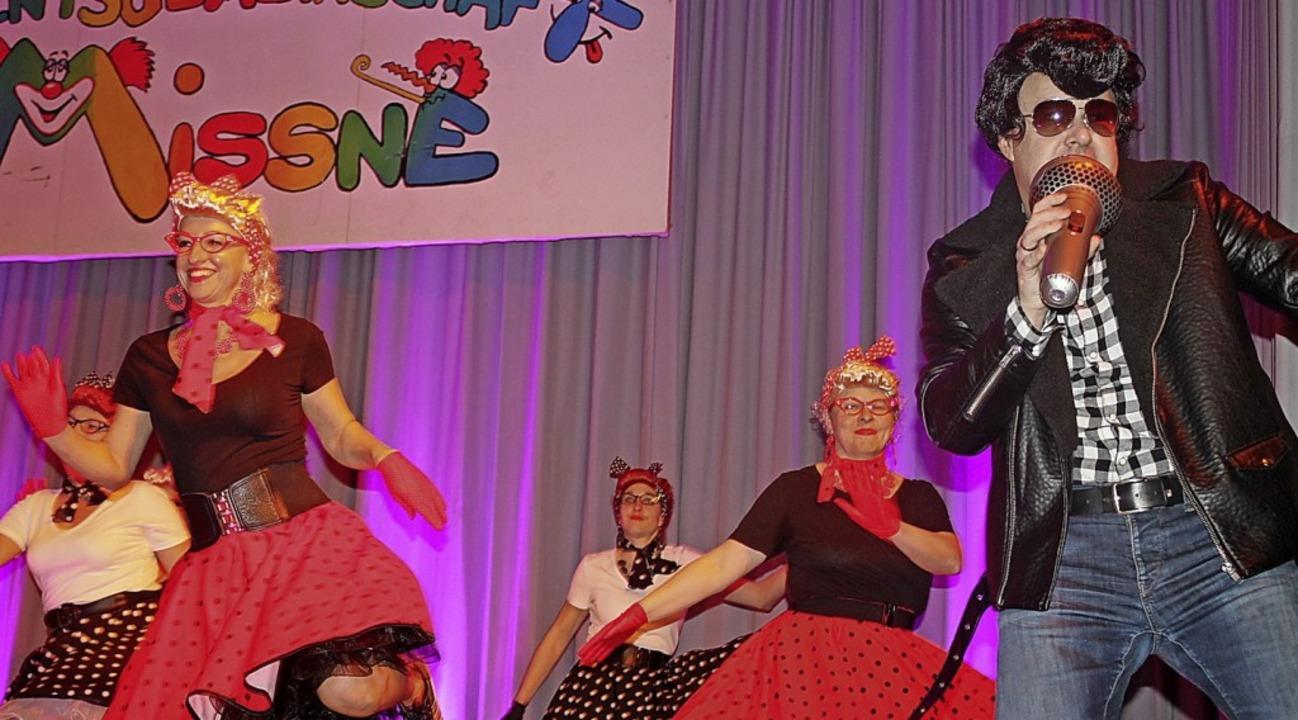 Die TV-Freizeit Zumba Frauen brachten ... Elvis richtig Schwung auf die Bühne.   | Foto: Hans Spengerl