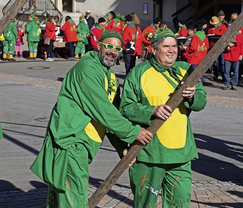 Starke Männer beim Narrenbaum-Stellen am Samstagnachmittag in Wellendingen.  | Foto: Wolfgang Scheu