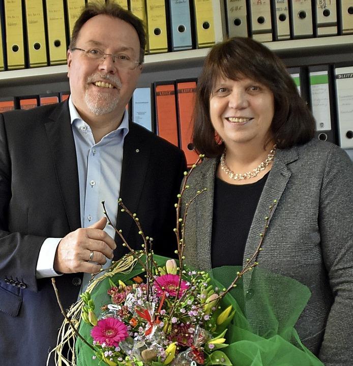 Bürgermeister Hans-Peter Kopp ehrt Sylvia Falk für ihr Engagement    Foto: Barbara Puppe
