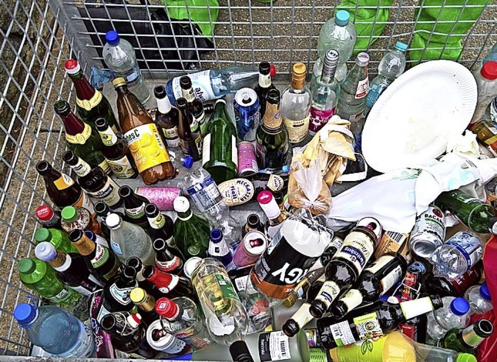 Mitgebrachte Flaschen werden von der Security eingesammelt.    Foto: Winfried Köninger