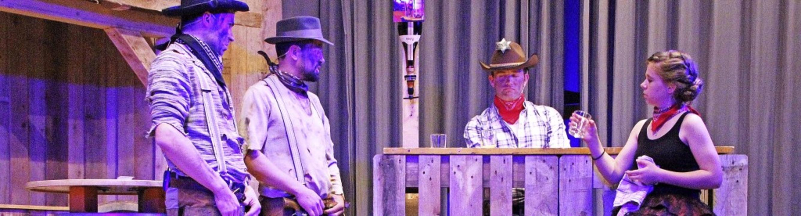 Der Eröffnungssketch im Saloon (von li..., Michael Stoll und Melanie Schneider   | Foto: Peter Koch