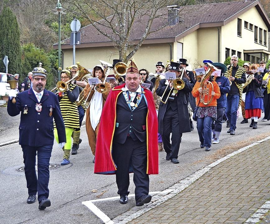 Dorfbüttel Matthias Huber (von links) ...er Michael Sutter führen den Umzug an.    Foto: Barbara Halder
