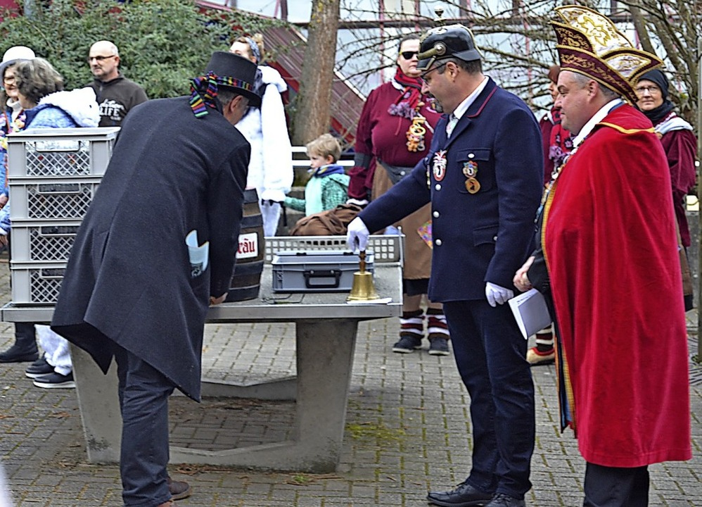 Freibier für die Narren: Bürgermeister...r und Michael Sutter  beim Fassanstich    Foto: Barbara Halder