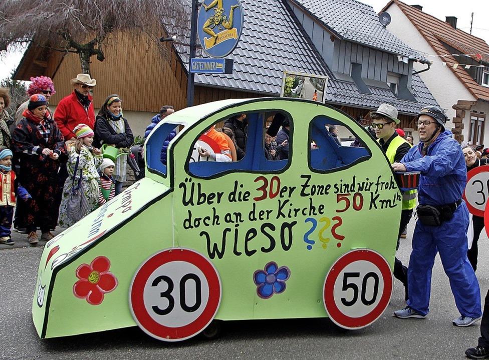 Tempo 30? Tempo 50? Auch in Heiligenzell ein Thema für die Narren.  | Foto: Heidi Fößel