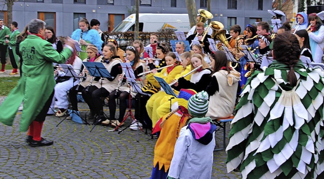 Die Jugendkapellen aus Bleichheim udn ...zheim eröffneten die Straßenfasnacht.   | Foto: Werner Schnabl