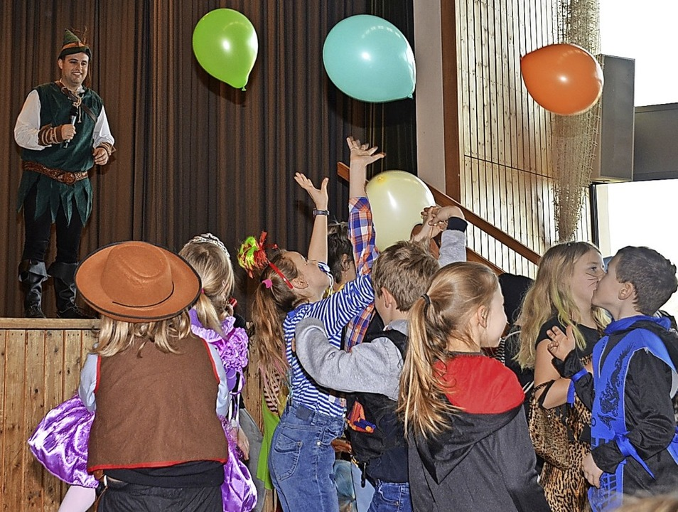 Wehe ein Luftballon berührt den Boden:... Kinder an den verschiedenen Spielen.   | Foto: Roland Vitt