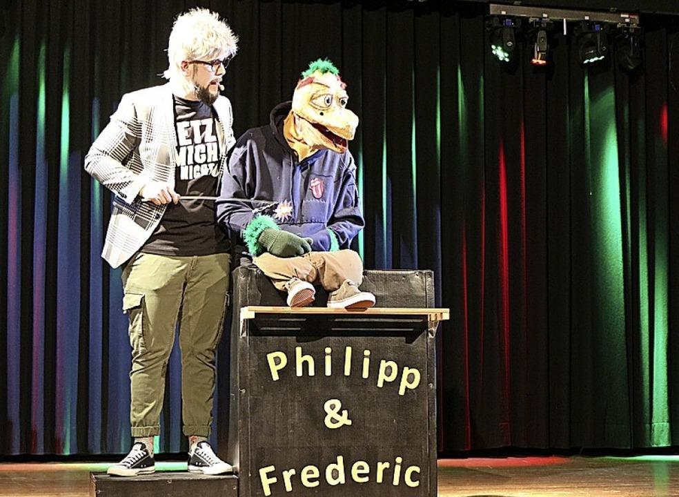 Philipp Kiss und Achim Zipperle begeisterten  mit ihrer Bauchredner-Nummer.  | Foto: Helmut Hassler
