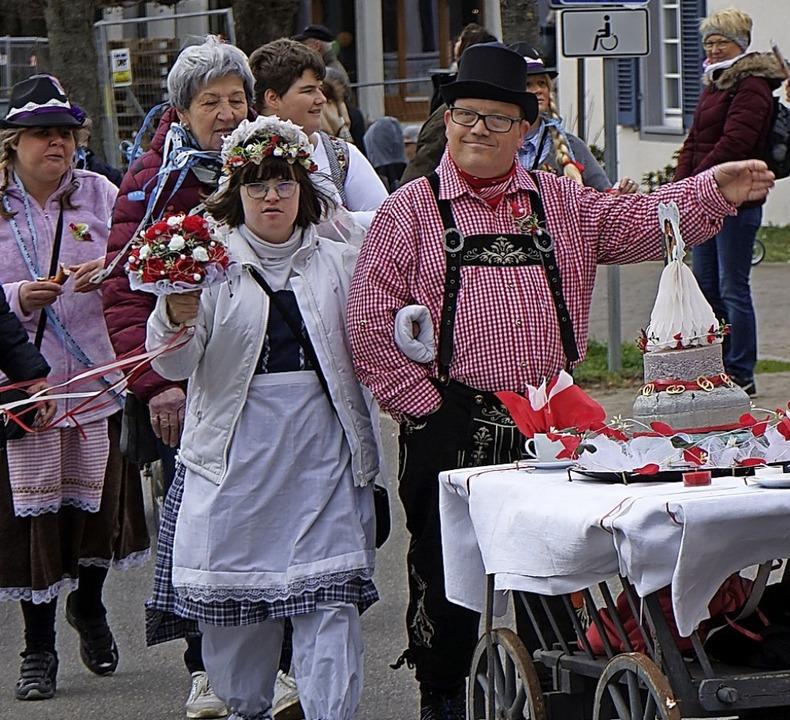Dieses Hochzeitspärchen zog in Oberrotweil durch die Gassen    Foto: Julius Steckmeister