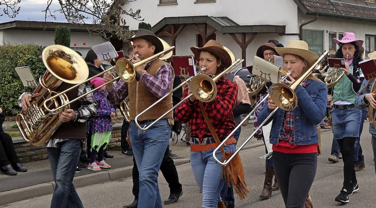 Die närrischen Cowboys des Musikverein...as Insektensterben wurde thematisiert.    Foto: Christine Weirich