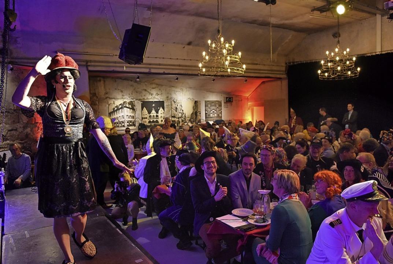 Betty BBQ schießt den Kuckuck aus dem Giebel.   | Foto: Rita Eggstein