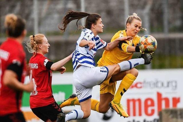 Die Spielerinnen des SC Freiburg bringen sich gegen Duisburg um den eigenen Lohn