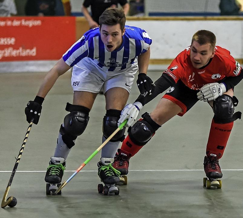 Mit cleverem Ballgewinn das 2:0 eingel...ossen: der Weiler Tim Schaller (links)  | Foto: Gerd Gruendl