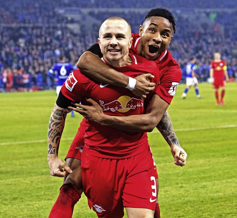 Leipzigs Torschütze Angelino (links) bejubelt das  4:0 mit  Christopher Nkunku.   | Foto: Guido Kirchner (dpa)