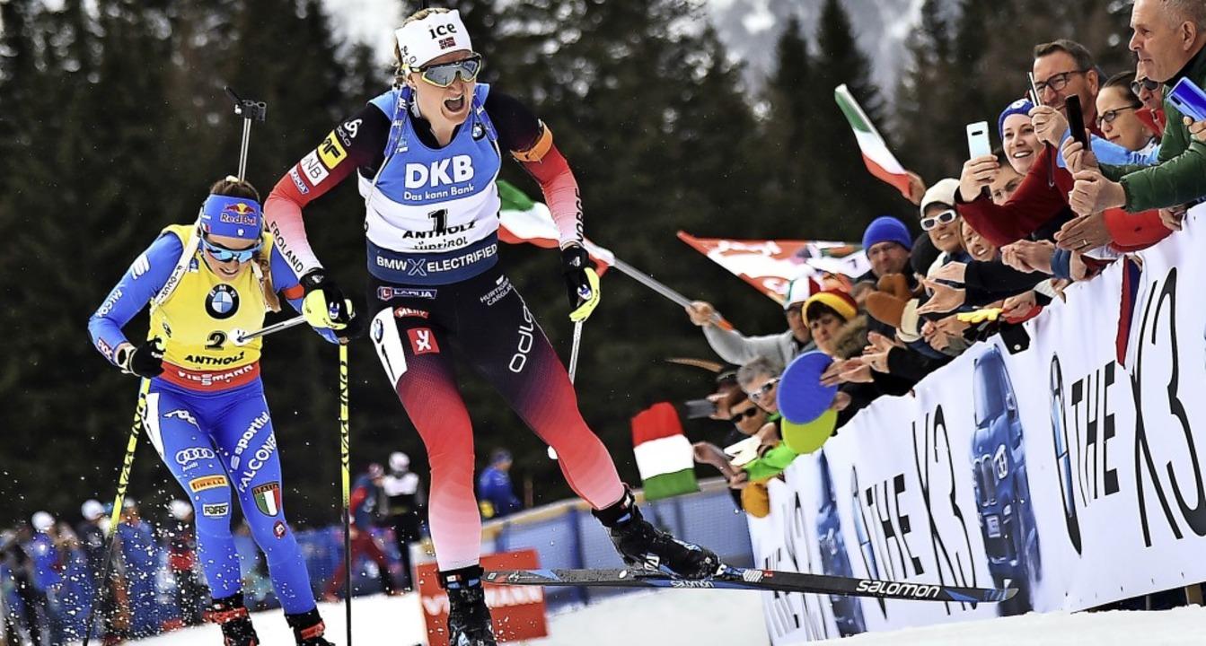 Die Norwegerin Marte Olsbu Roiseland ü...nstart der Frauen über 12,5 Kilometer.  | Foto: MARCO BERTORELLO (AFP)