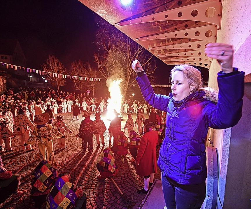 Gebärdendolmetscherin Elli Schob übers...rrenzunft Aulendorf  ums Feuer tanzen.  | Foto: Felix Kästle (dpa)