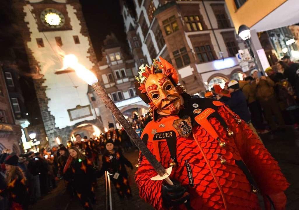 Die Feuer-Narre sind dieses Jahr Prote... Umzug am Samstag vor dem Martinstor.   | Foto: Rita Eggstein