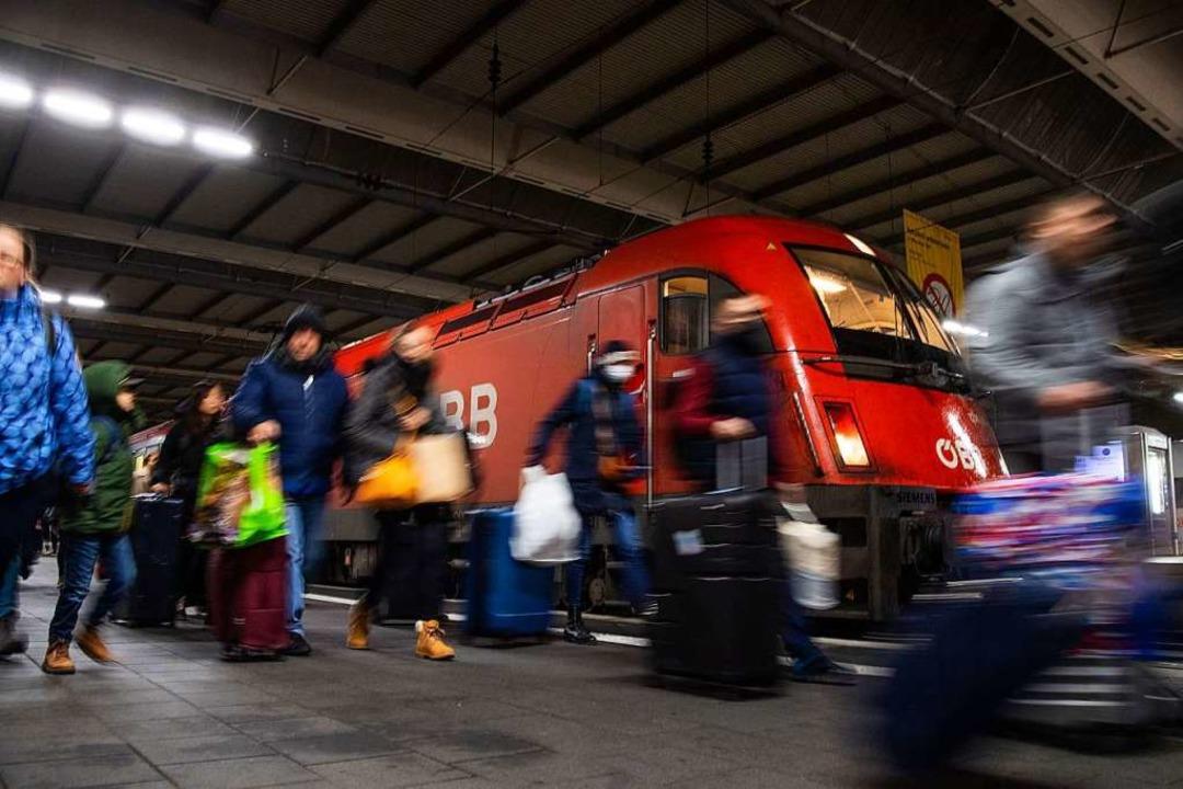 Der aus Furcht vor dem Coronavirus am ...en Montagmorgen in München angekommen.  | Foto: Lino Mirgeler (dpa)