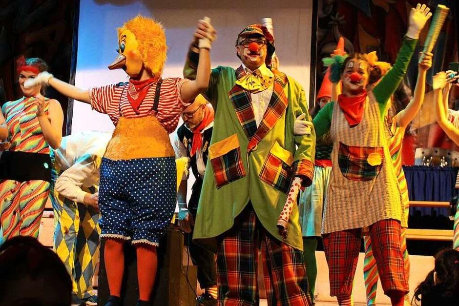 Durch das Programm des Kinderballs führten Ente Quak (Lissy Blume), Clown Kalli (Lutz Benz) und Pünktchen (Verena Herrmann) (Foto: Jana Fischer)