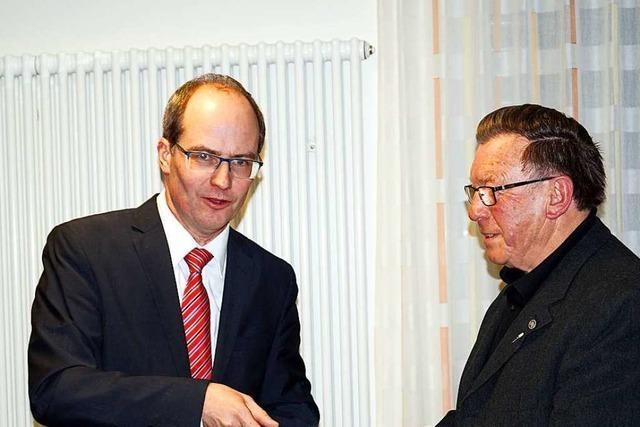 Bürgermeister Christian Renkert bedankt sich bei den Kandernern