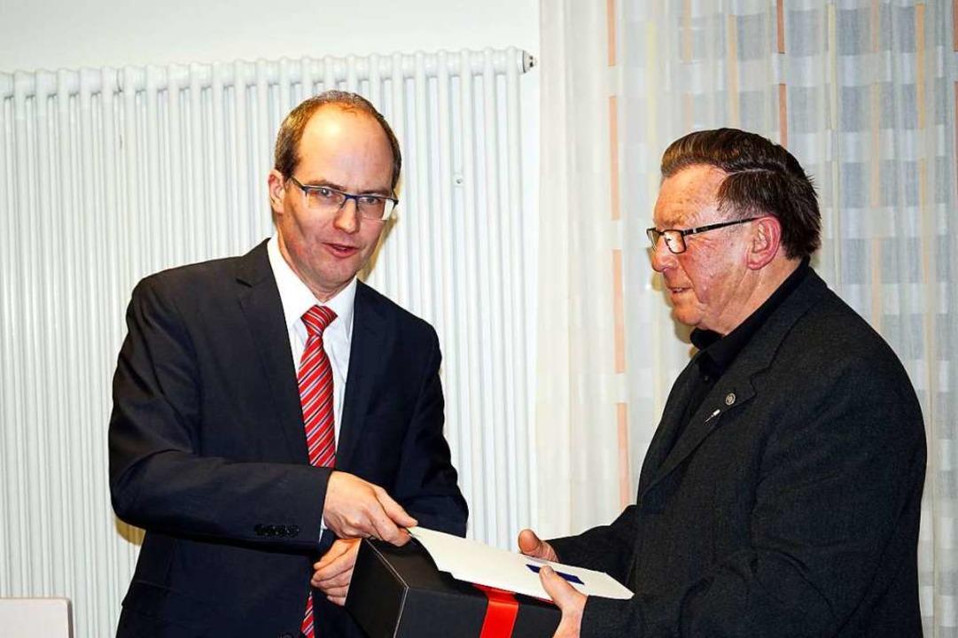 Die Landesehrennadel überreichte Bürgermeister Renkert (links) an  Peter Meindl.  | Foto: Silke Hartenstein