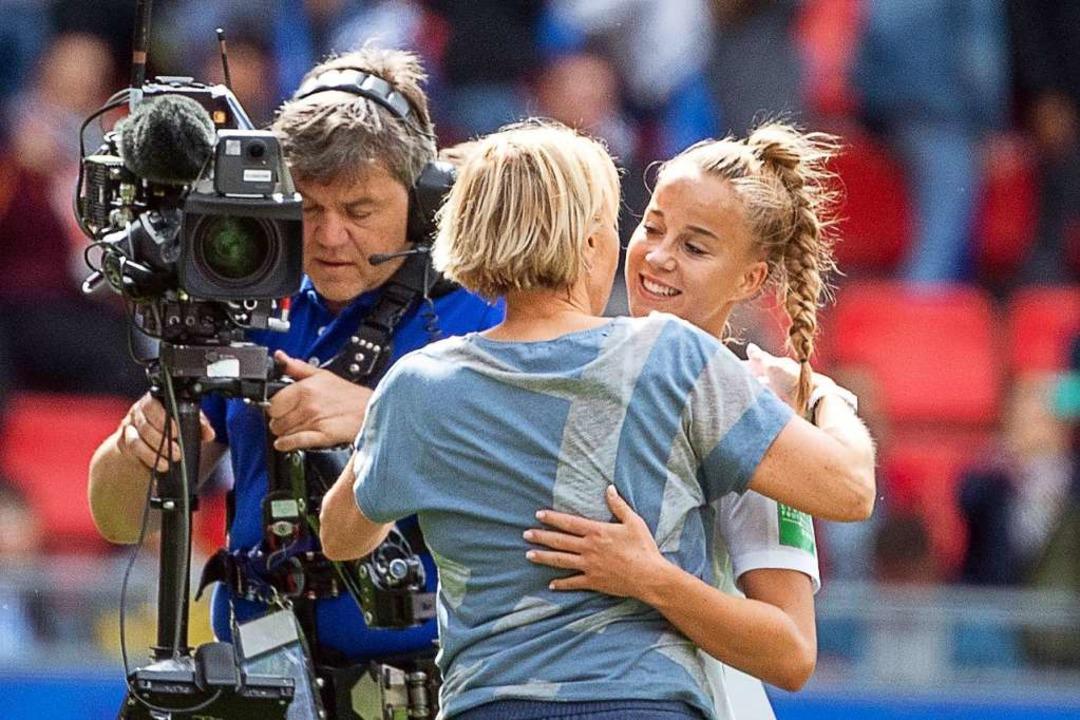 Giulia Gwinn bei der WM 2019, hier mit Bundestrainerin Martina Voss-Tecklenburg  | Foto: Sebastian Gollnow (dpa)