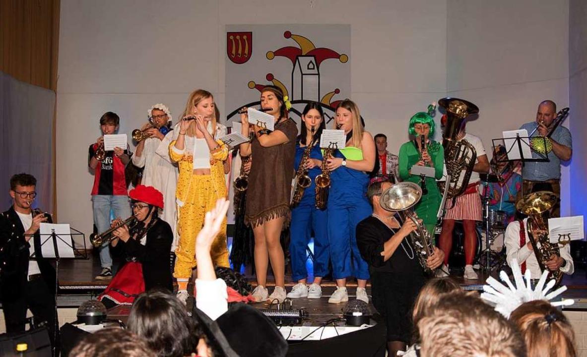 Bunte Truppe: der Musikverein spielt auf.    Foto: Helmut Rothermel
