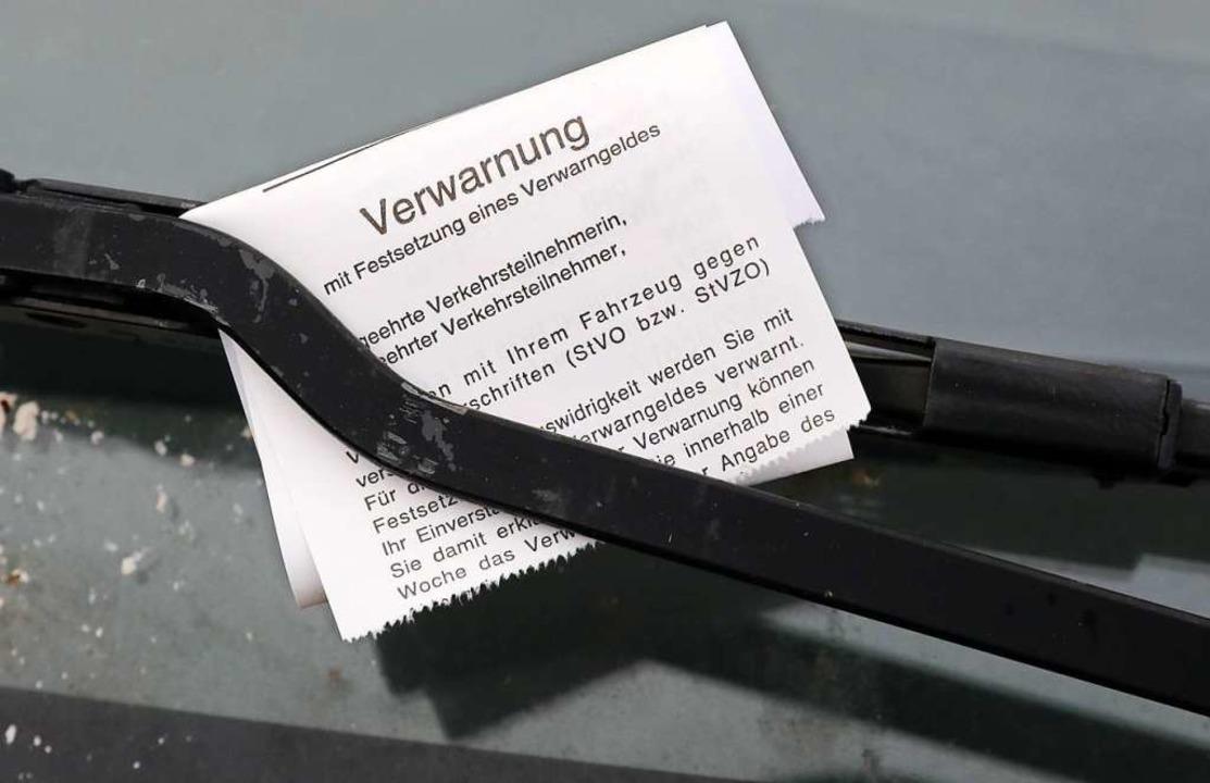 Ein Strafzettel für einen Falschparker (Symbolbild)  | Foto: Bernd Wüstneck (dpa)
