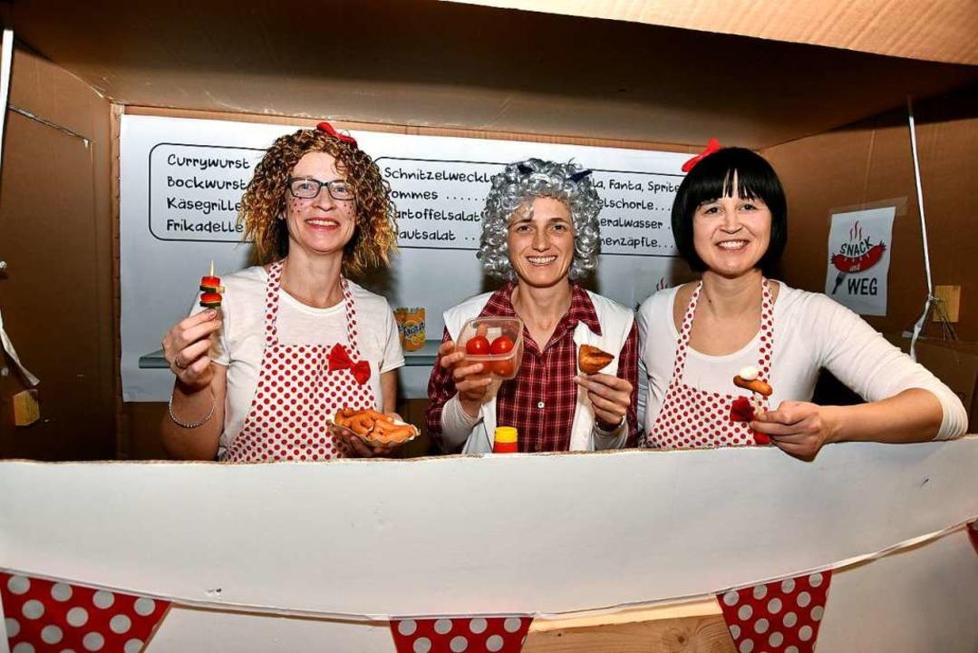 Die Damen vom Grill warten auf Kundschaft.    Foto: Horst Dauenhauer