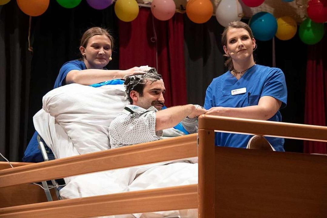 Urkomisch: Die Krankenschwestern Nadja...nz besondere Wäsche angedeihen ließen.    Foto: Volker Münch