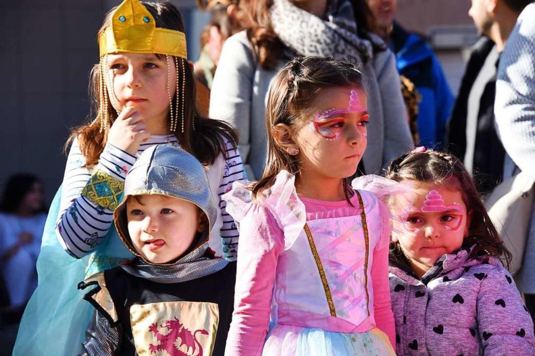 Prinzessinnen und ein Ritter  beim Kinderumzug durch Höllstein.  | Foto: Robert Bergmann