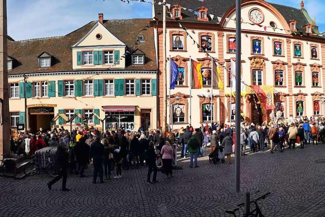 "Dass Mahnwache und Mummenschanz harmon...htung"" vor dem Rathaus (rechts).    Foto: Ralf Burgmaier"