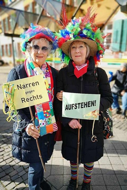 Inge Herzog-Friedmann (links) und Dagmar Klein demonstrierten kostümiert.    Foto: Ralf Burgmaier