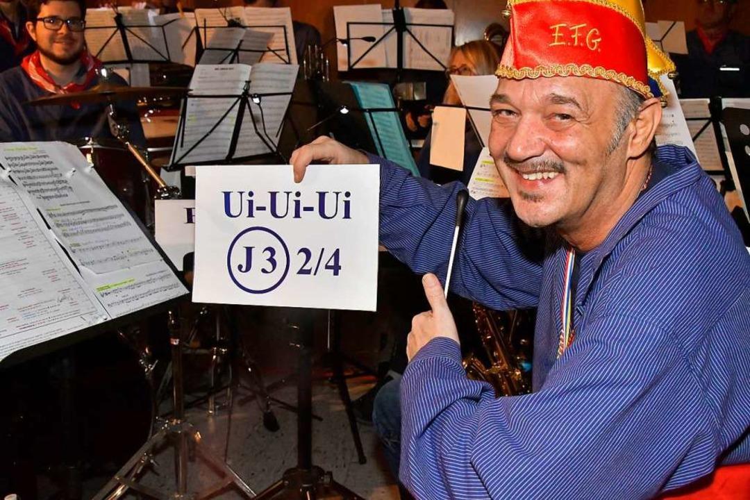 Peter Riese hatte die Musiker fest im Griff – und die Halle auch  | Foto: Dieter Erggelet