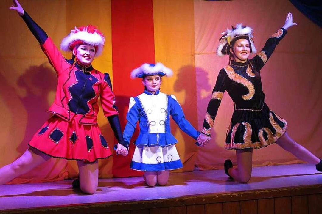 Die Tanzmariechen Julia Schultis,  Ali...e Wieber waren schon fast akrobatisch.    Foto: Georg Voß