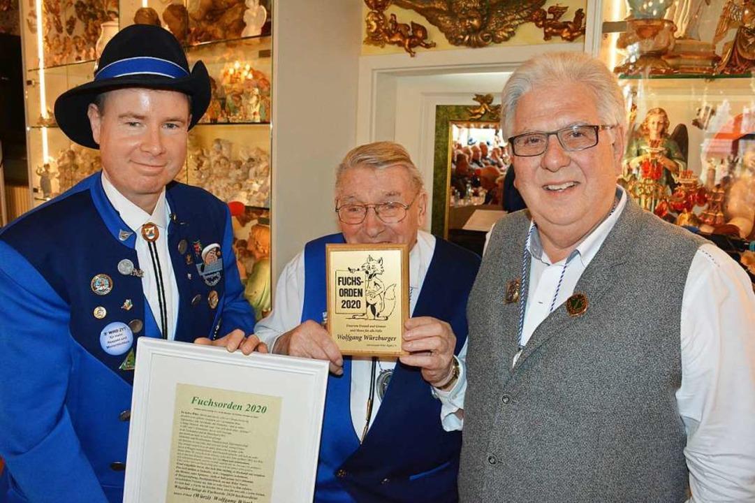 Dietmar Fuchs und Kurt Ruser verleihen...den an Wolfgang Würzburger (von links)    Foto: Hannes Lauber