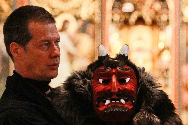 Pfarrer in Emmendingen predigen am Altar über Teufelsmasken