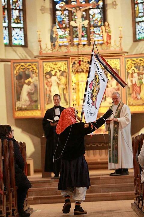 Die Pfarrer Christian Stahmann (links)...ährend des Gottesdienstes Hexenbesuch.    Foto: Patrik Müller
