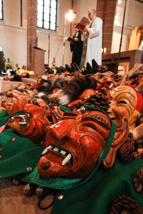 Hexenmasken auf den Altarstufen    Foto: Patrik Müller