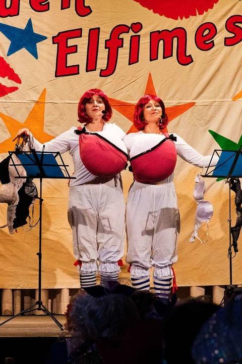 Sandra Bienen und Barbara Hentschel als Büstenhalter...    Foto: Gabriele Zahn