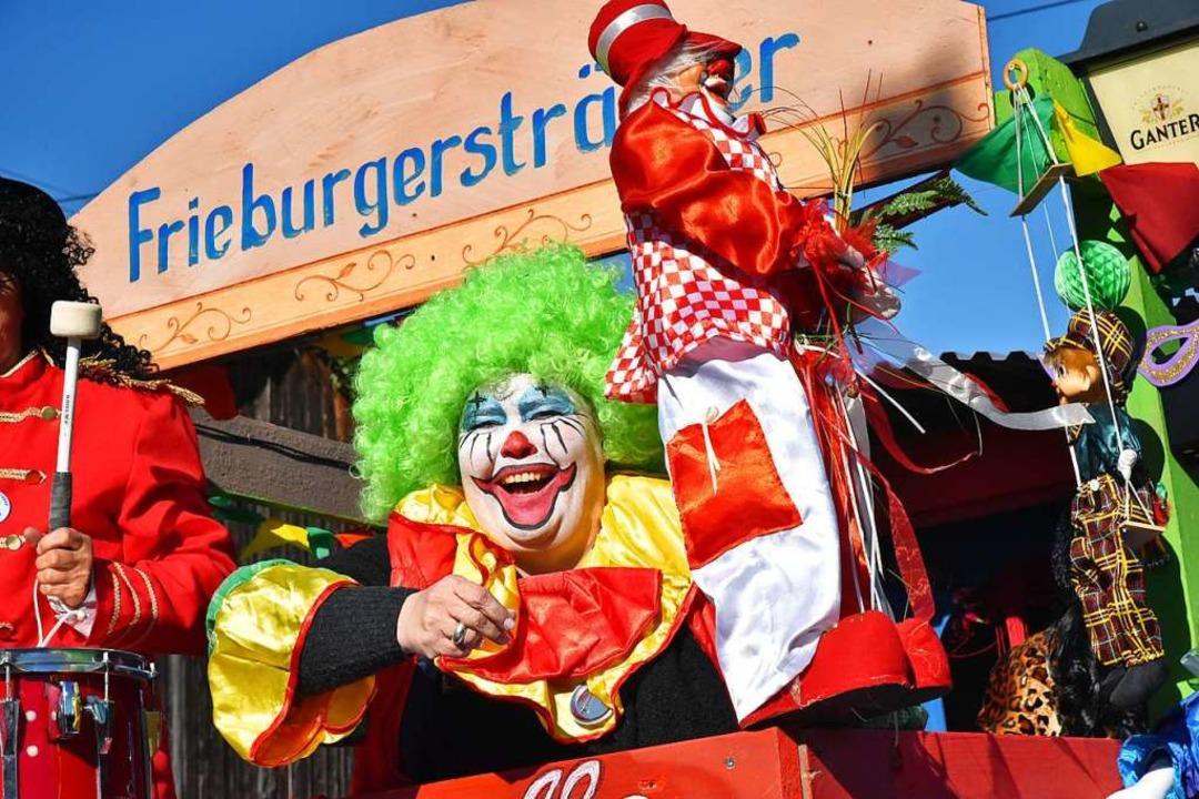 Die Frieburgersträßler zogen als bunte Zirkustruppe durch die Straßen.  | Foto: Benedikt Sommer