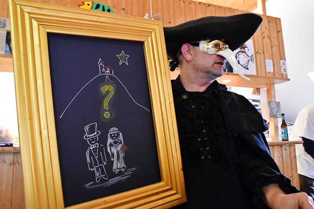 D'Nachtwächter Sven Andris nimmt das Dorfleben auf Korn.  | Foto: Maja Tolsdorf