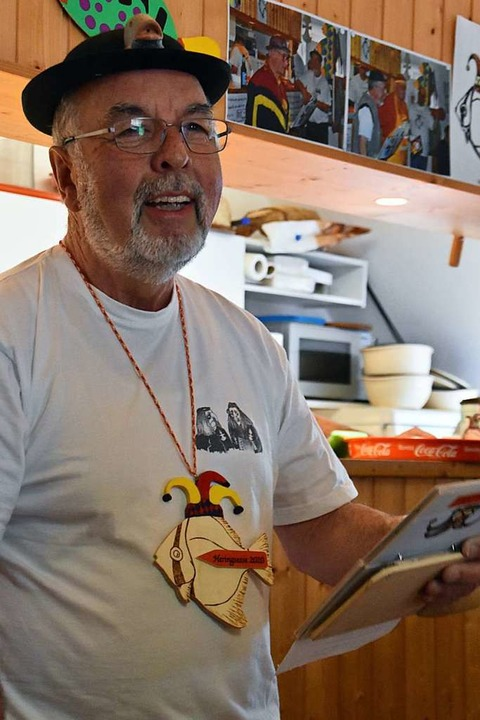 Ernst Kramer noch einmal beim Reimen, ... beim Heringsessen 2020 verabschiedet.  | Foto: Maja Tolsdorf
